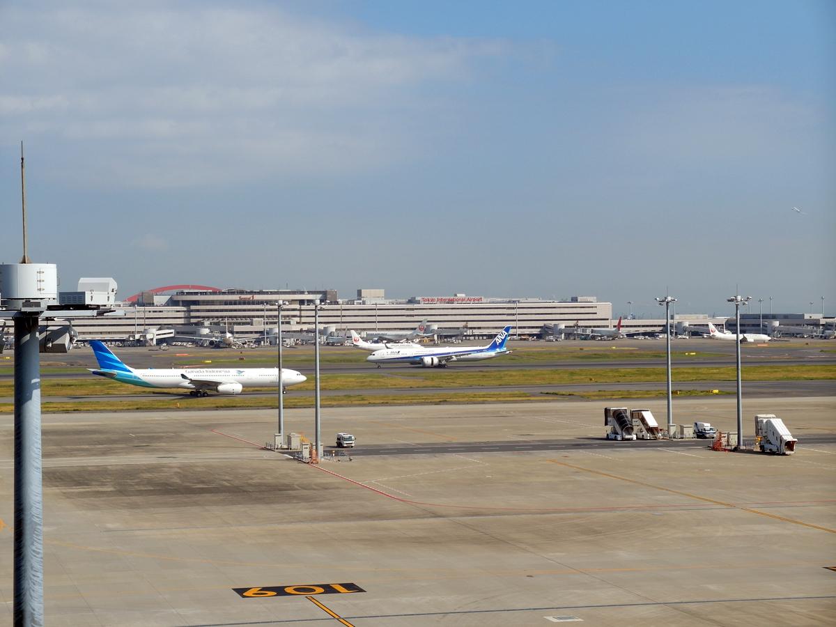 Вид на летное поле и терминал 1 аэропорта Токио Ханеда