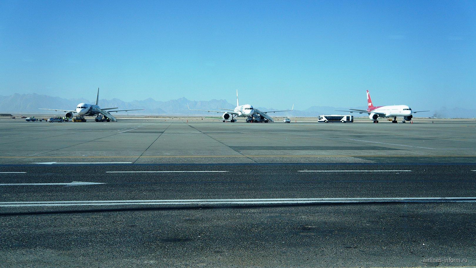 Самолеты на перроне аэропорта Хургада