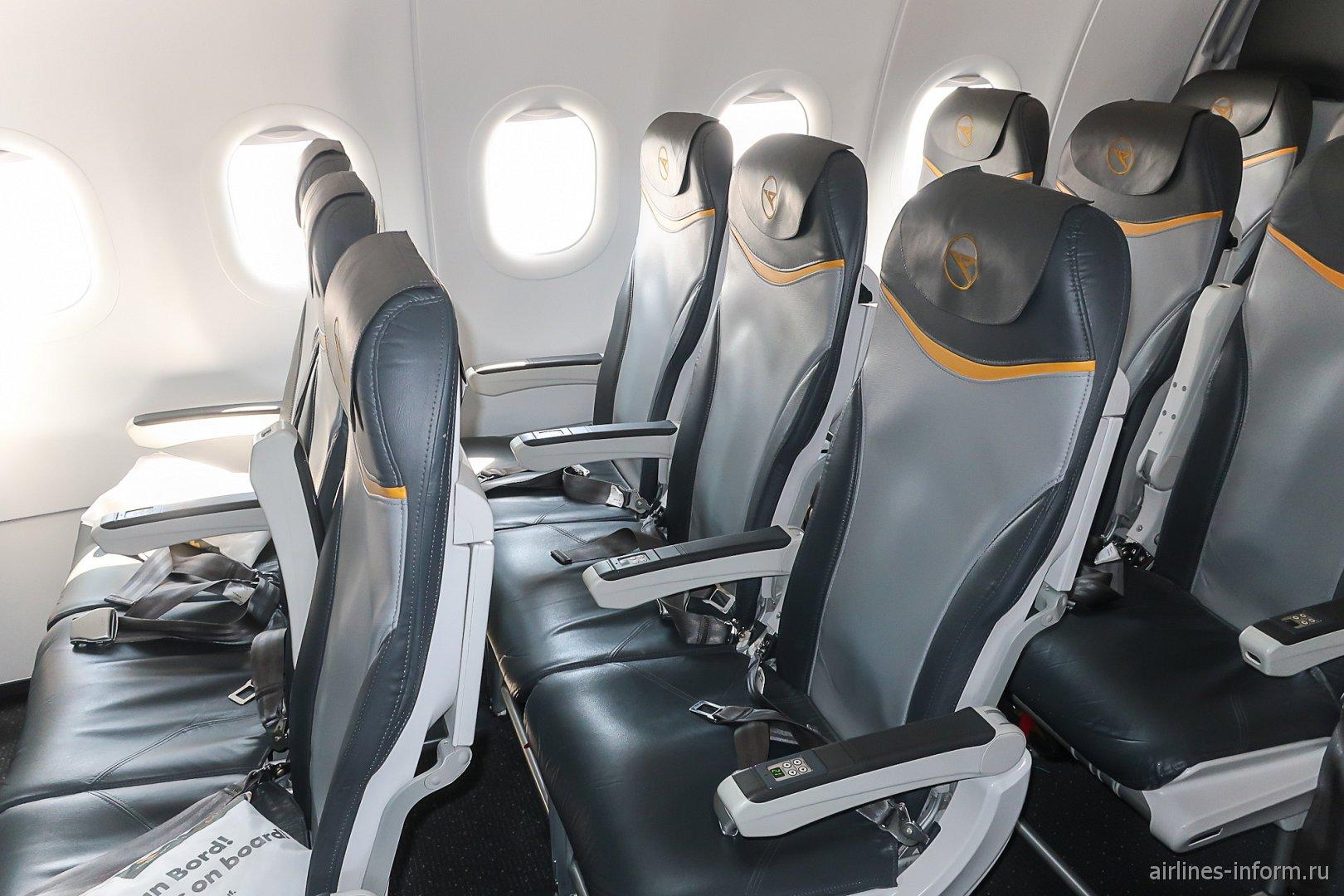 Пассажирские кресла в самолете Airbus A321 немецкой авиакомпании Condor