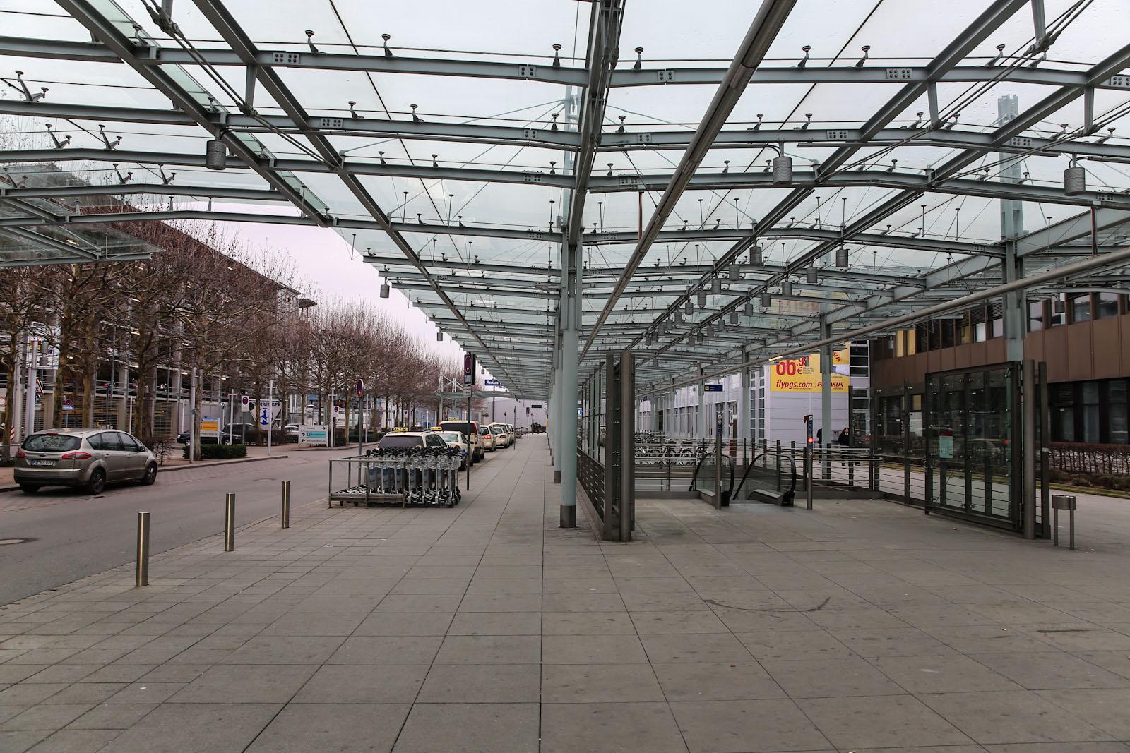 Навес на привокзальной площади аэропорта Нюрнберг