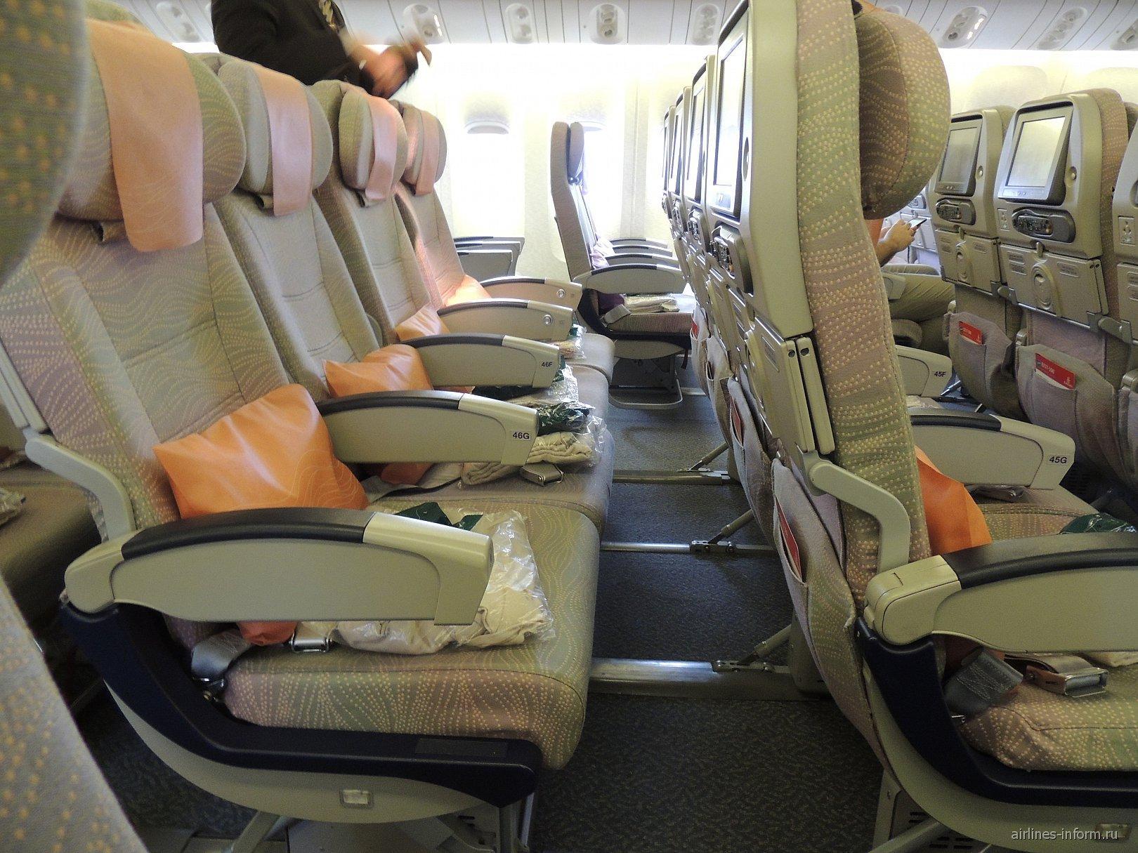 Кресла эконом-класса в Боинге-777-300 авиакомпании Emirates