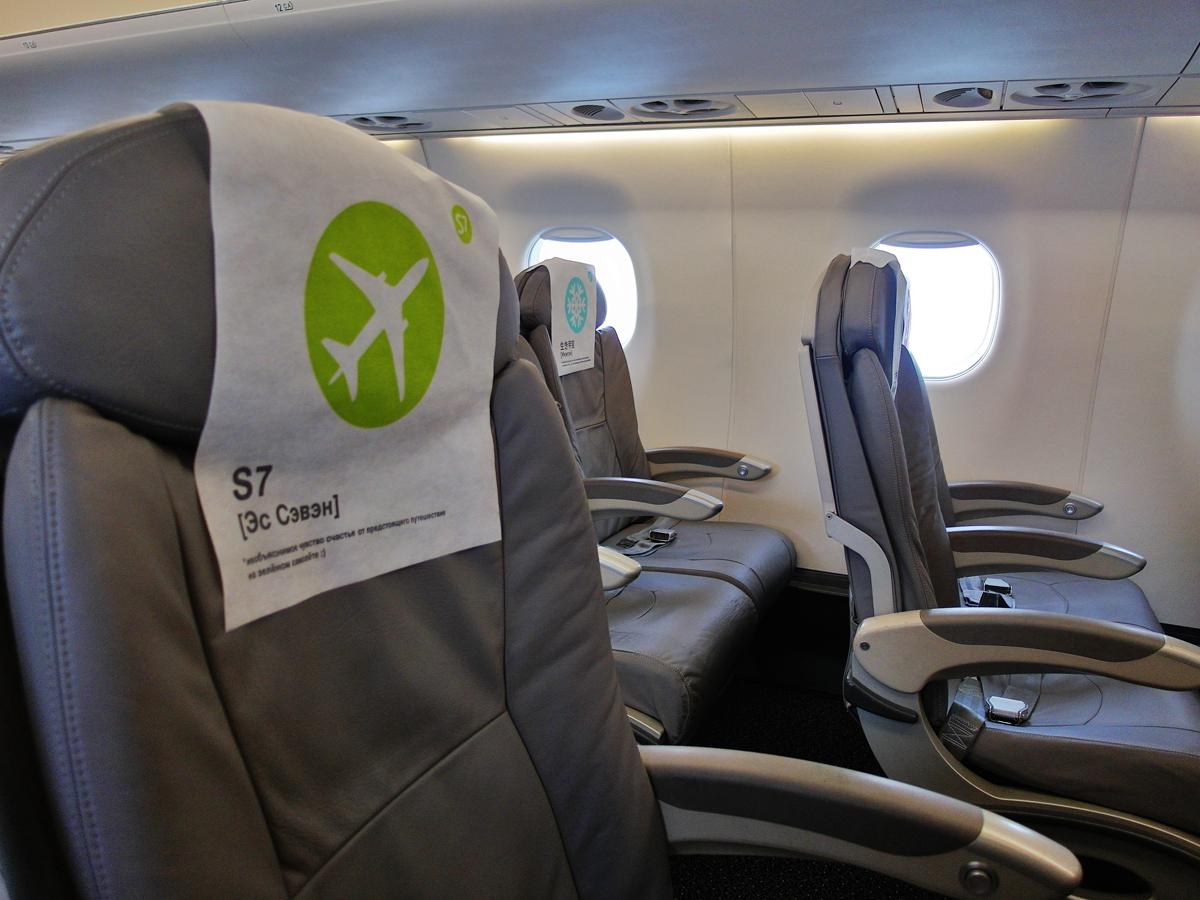 Пассажирские кресла в самолете Embraer 170 авиакомпании S7 Airlines