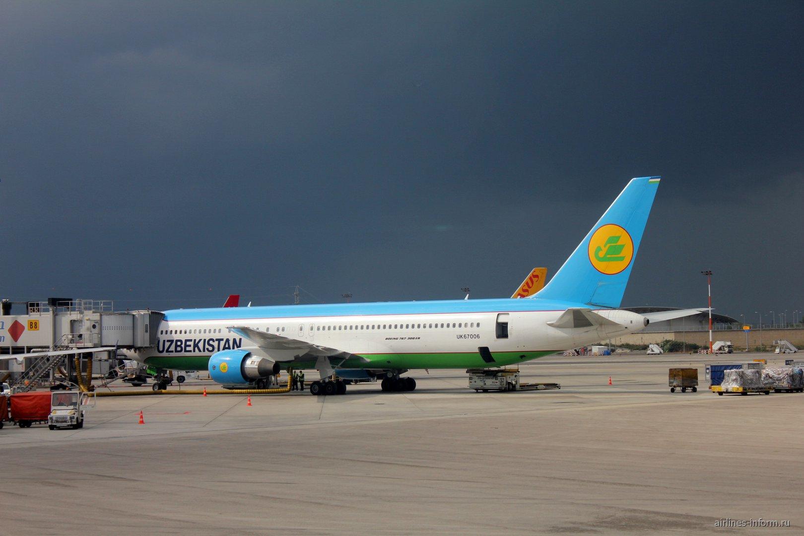 Боинг-767-300 Узбекских авиалиний в аэропорту Тель-Авив Бен-Гурион