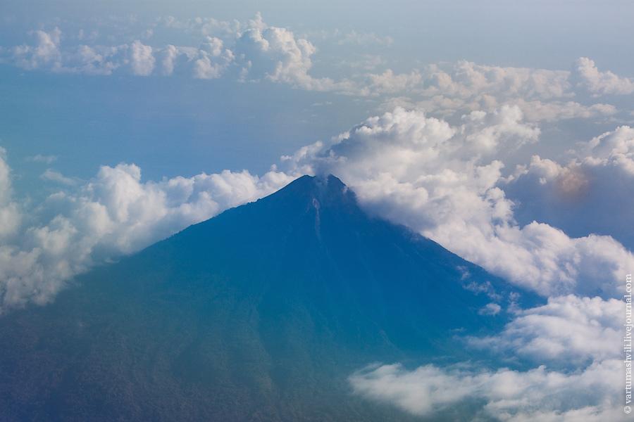 Пролетая над вулканом в Индонезии