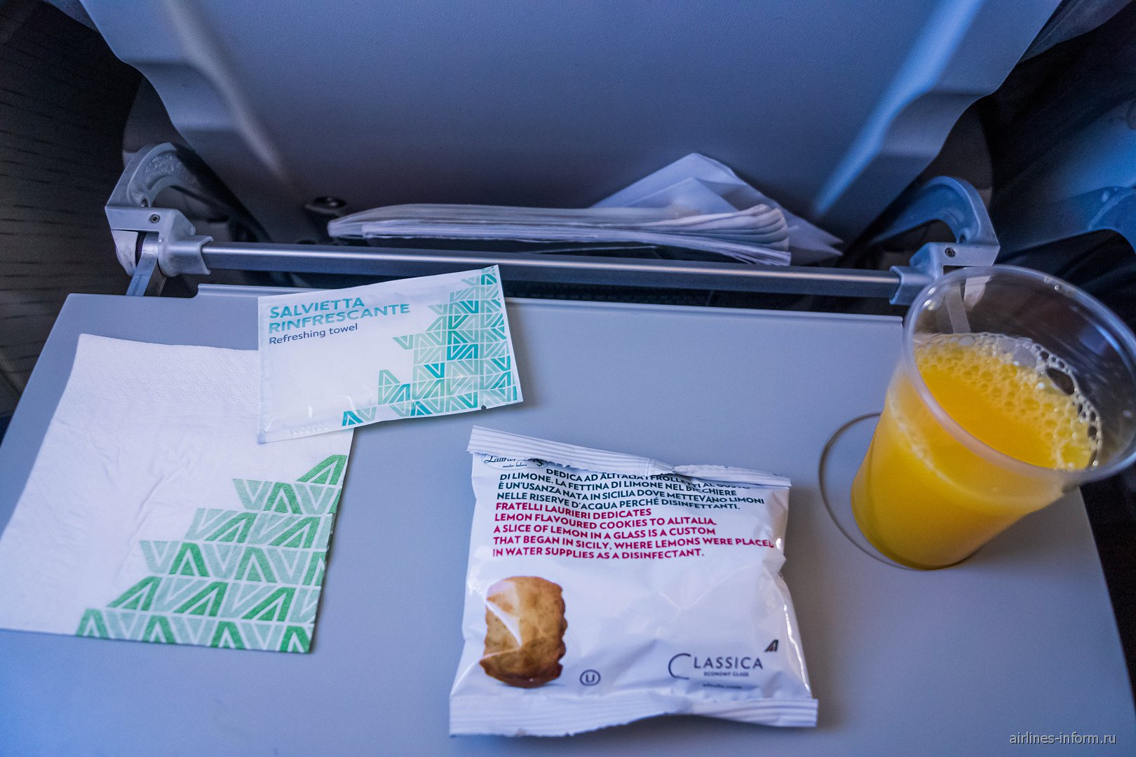 Печенье и напитки - питание на рейсе Alitalia Рим-Катания