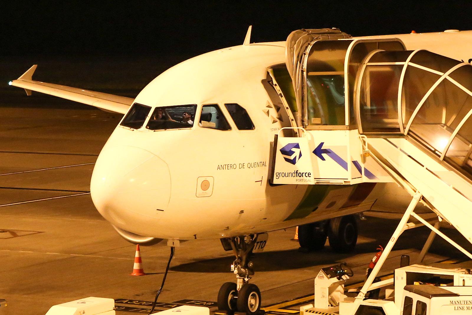 Пилоты готовятся к вылету в самолете Airbus A319 авиакомпании TAP Portugal
