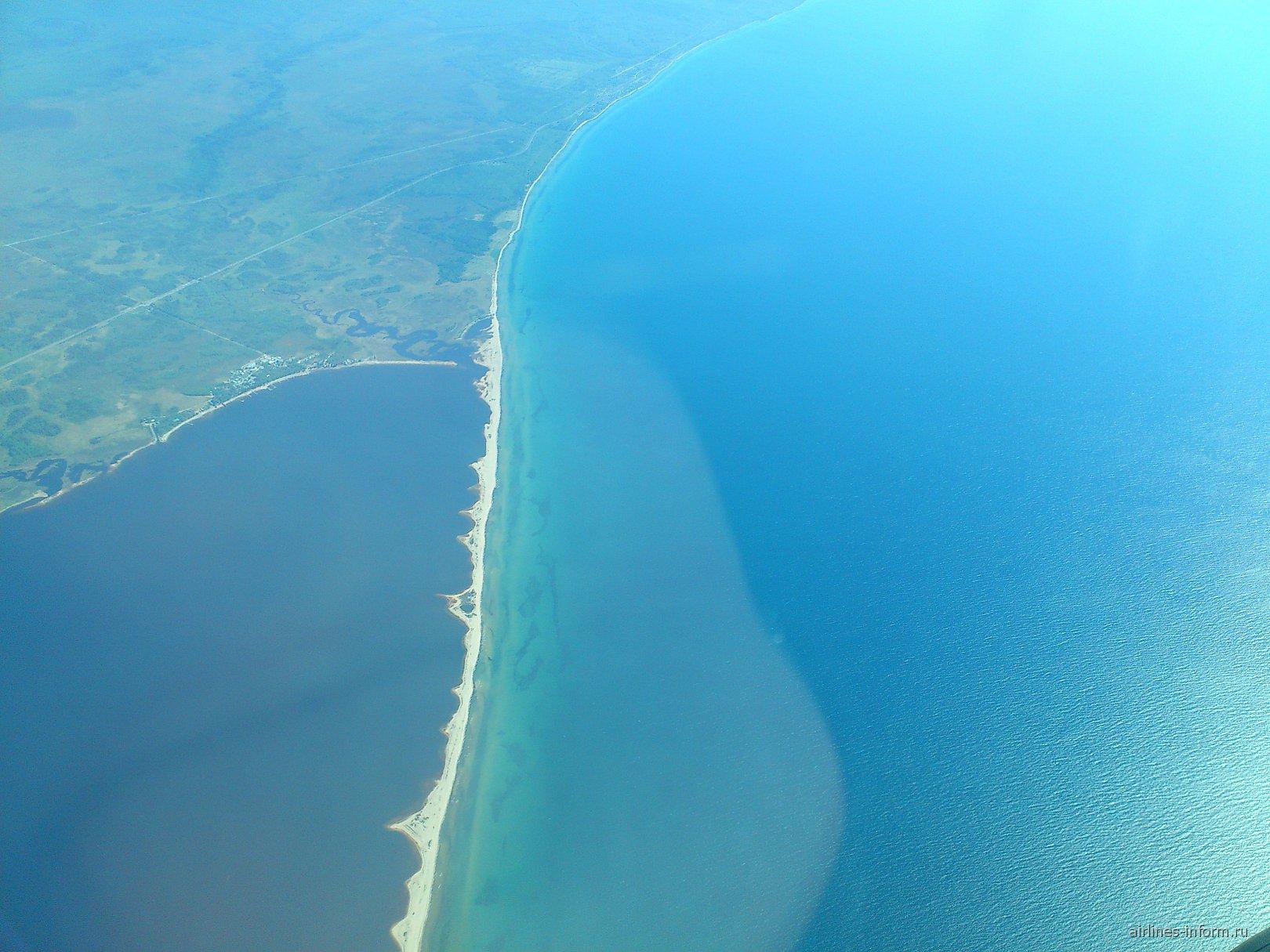 Вид из самолета на озеро Байкал
