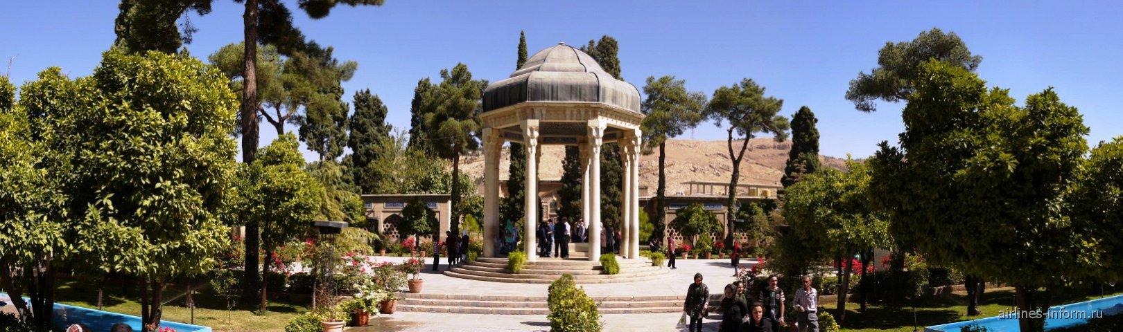 Мавзолей поэта Хафиза, особо почитаемого в Иране.