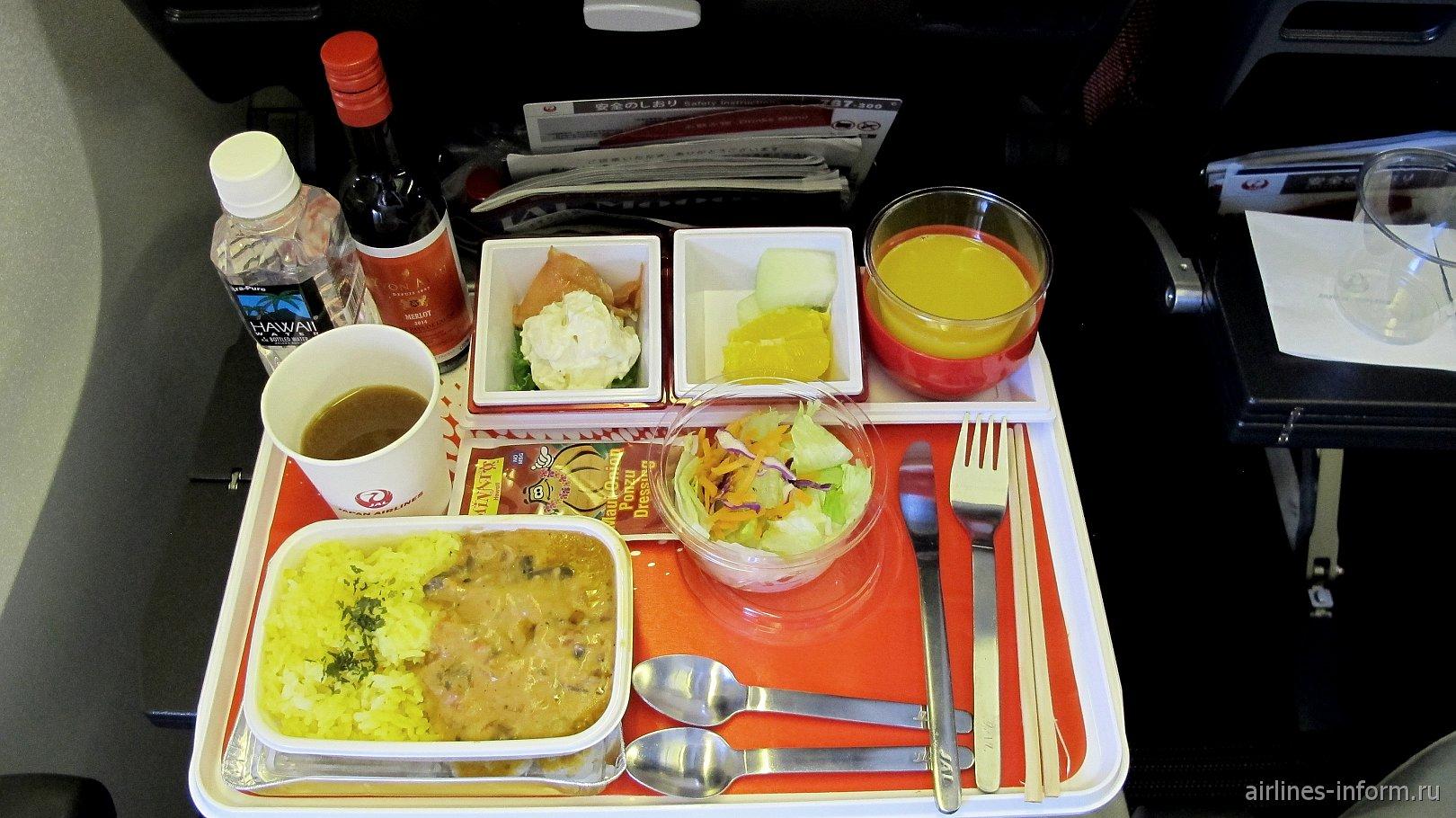 Бортпитание эконом-класса на рейсе Японских авиалиний Гонолулу-Токио