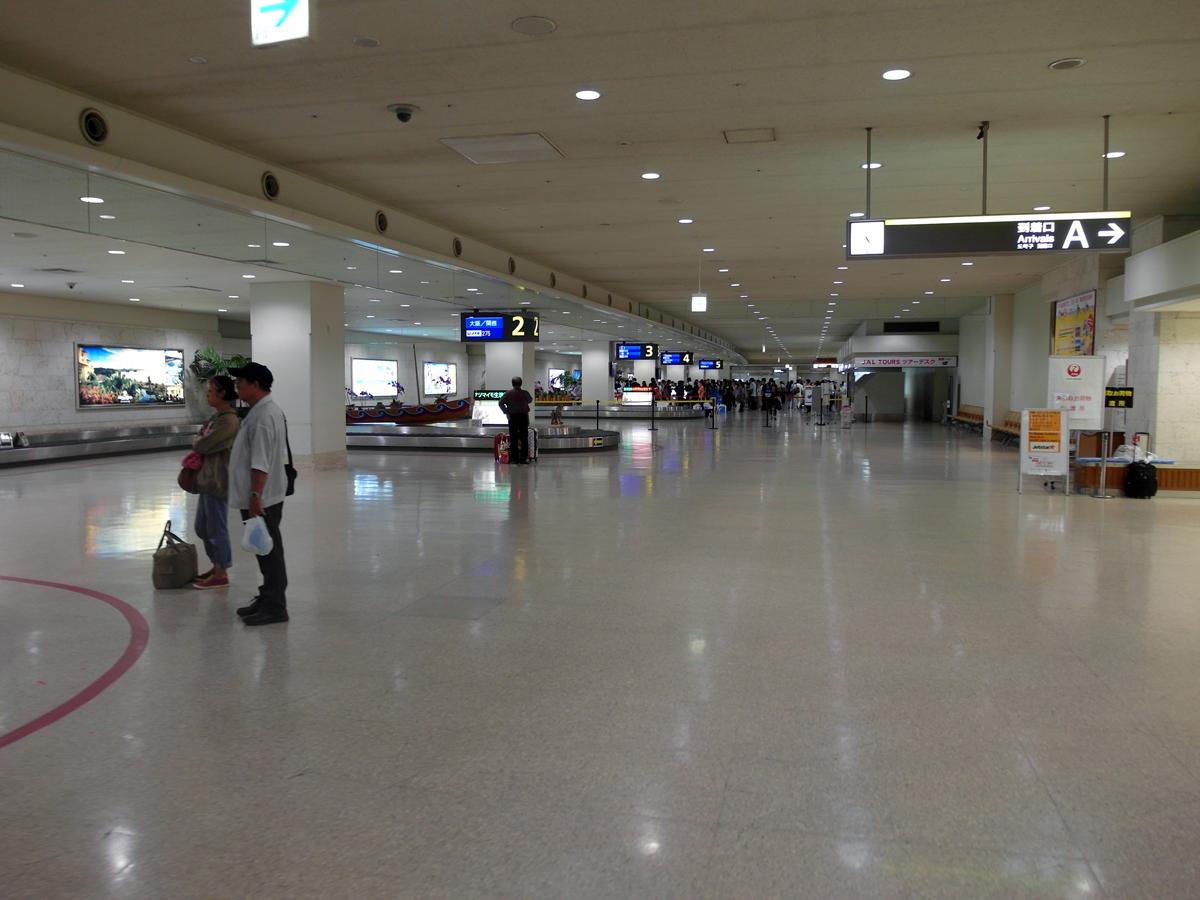 Зал получения багажа в аэропорту Наха на острове Окинава