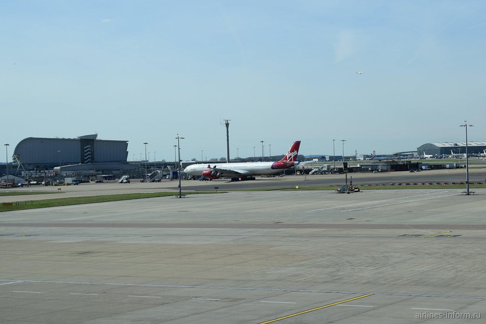 Летное поле аэропорта Лондон Хитроу - вид из терминала 4