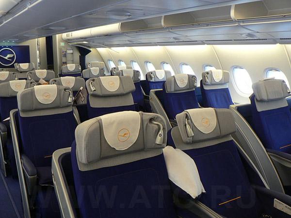 Салон бизнес-класса в самолете Airbus A380 авиакомпании Люфтганза