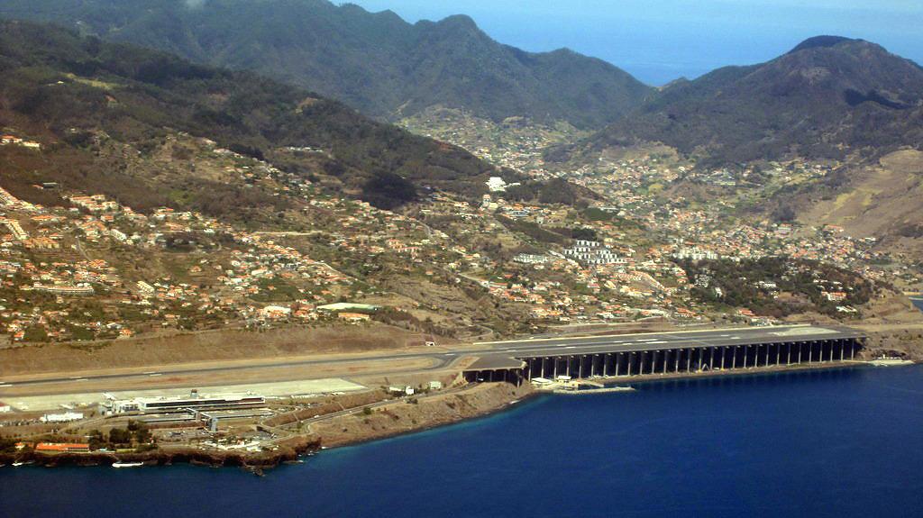 Вид на аэропорт Фуншал на острове Мадейра