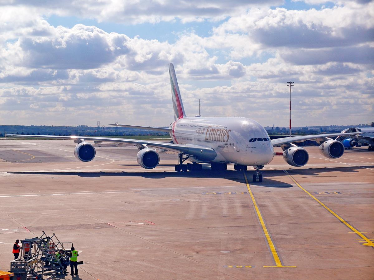Airbus A380 авиакомпании Emirates в аэропорту Париж Шарль-де-Голль