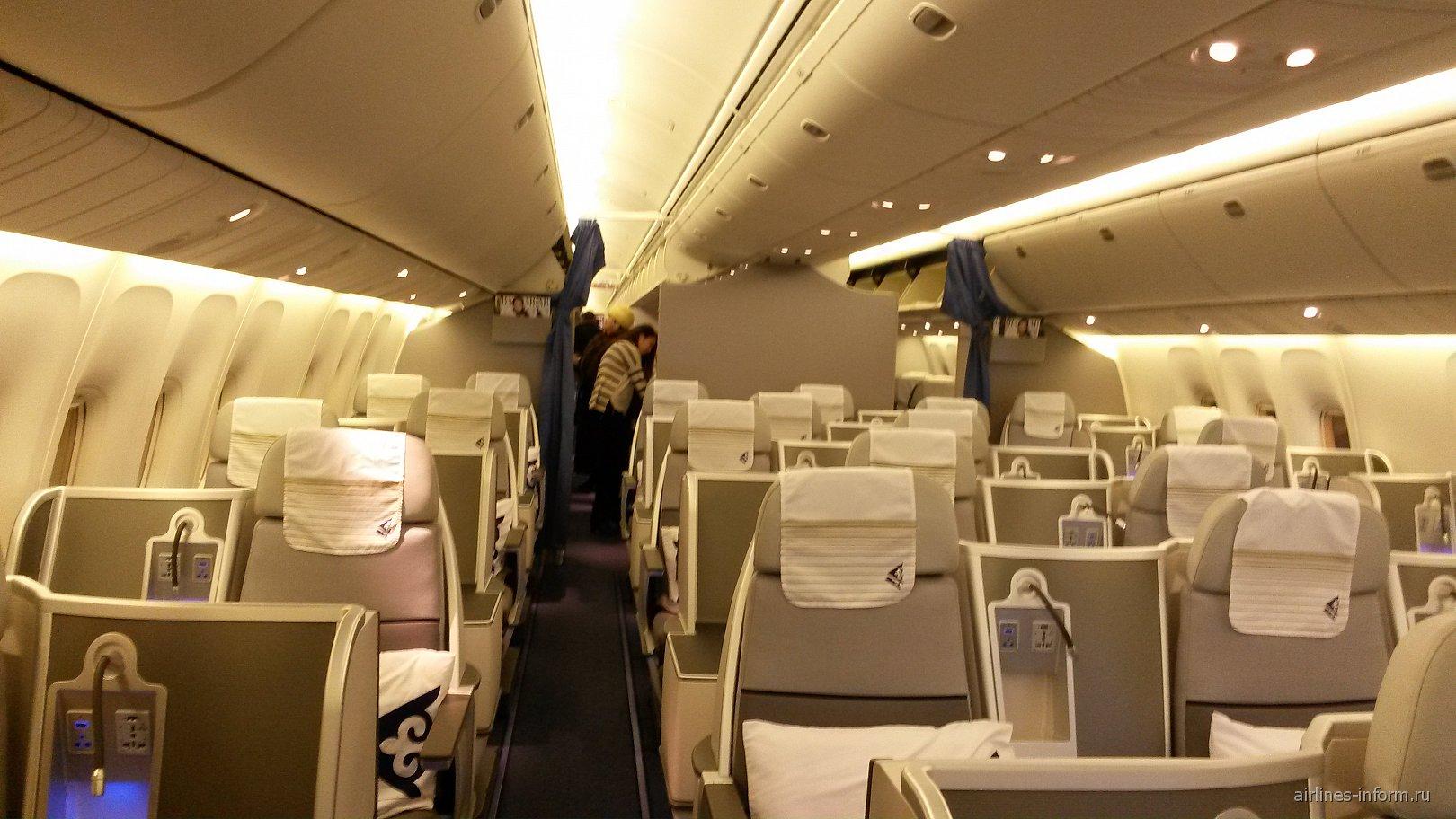 Салон бизнес-класса в Боинге-767-300 авиакомпании Air Astana
