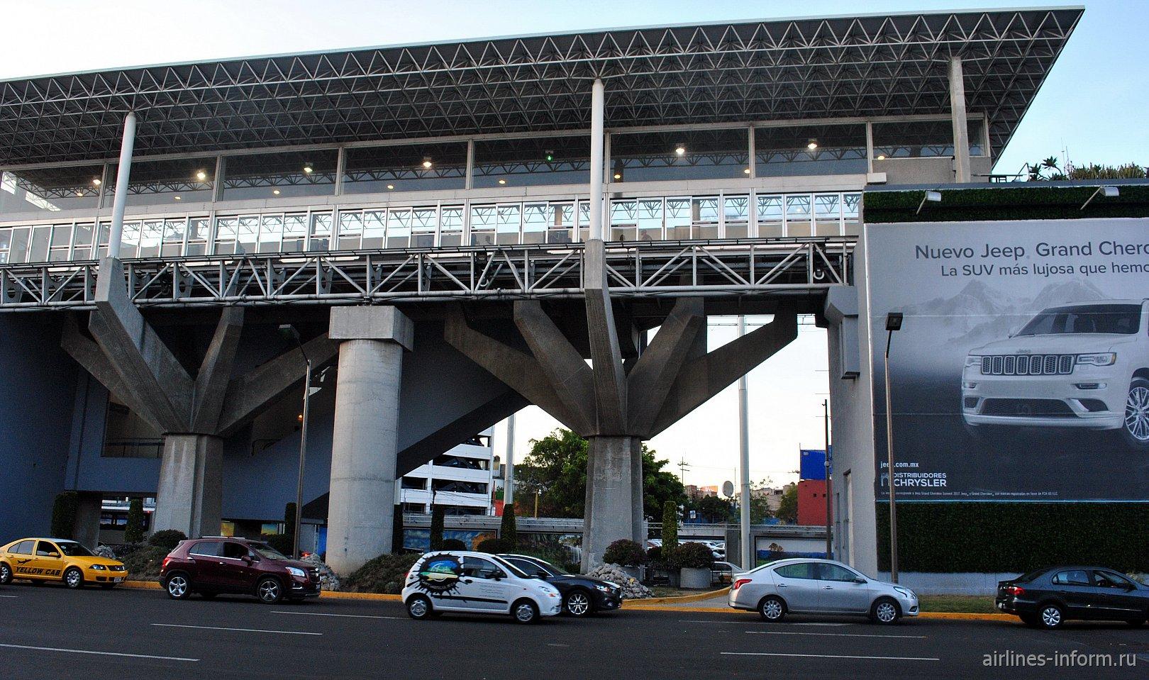 Станция поезда Aerotren напротив терминала Т1 аэропорта Мехико Бенито Хуарес