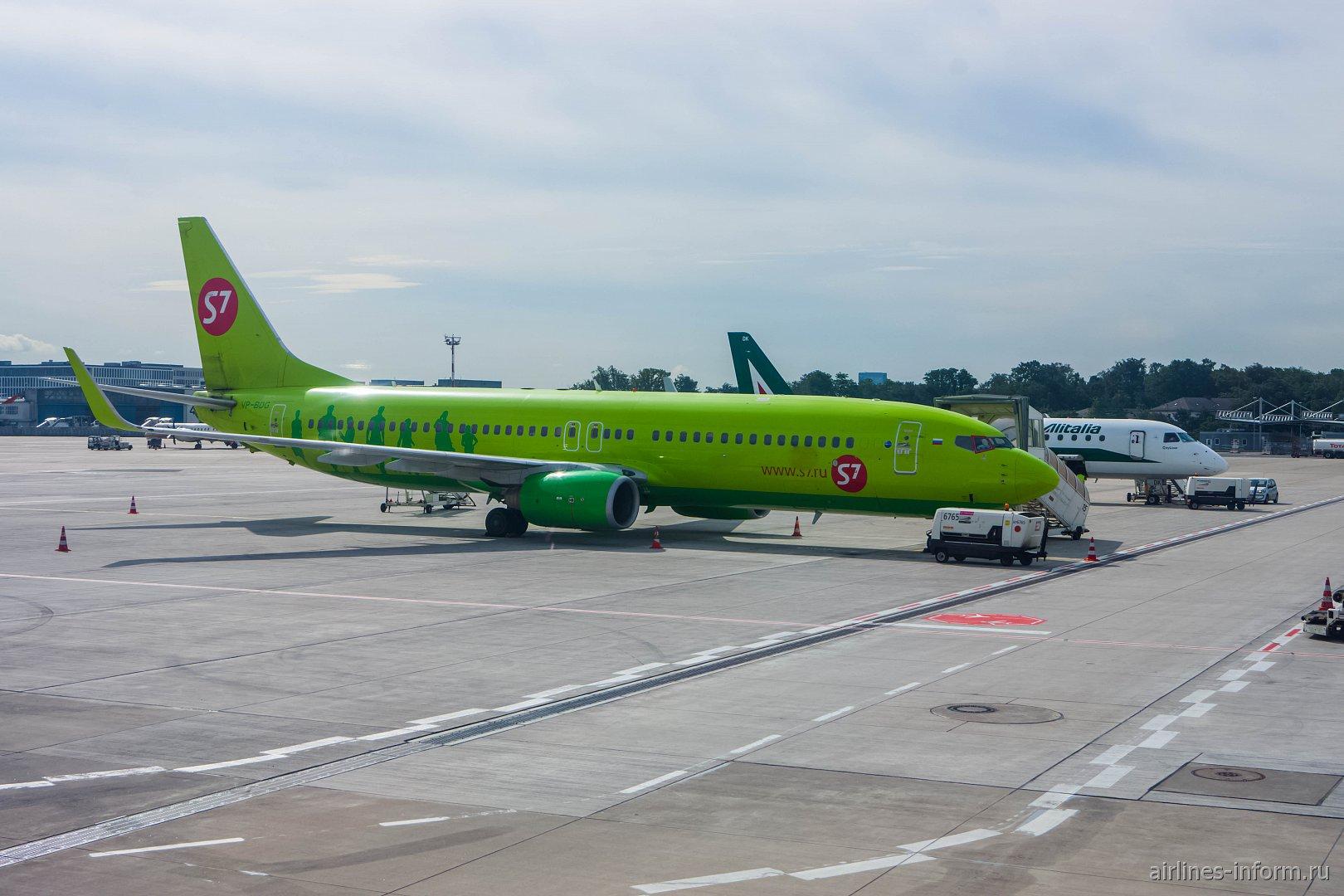 """Боинг-737-800 авиакомпании """"Глобус"""" в аэропорту Дюссельдорфа"""