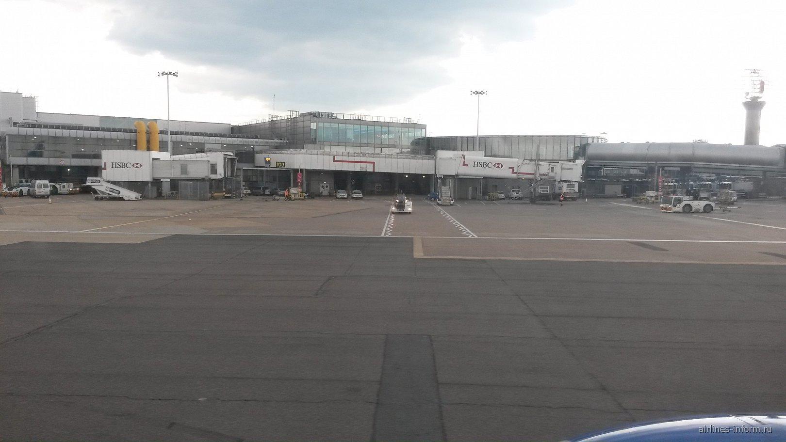 Терминал 1 аэропорта Лондон Хитроу со стороны летного поля