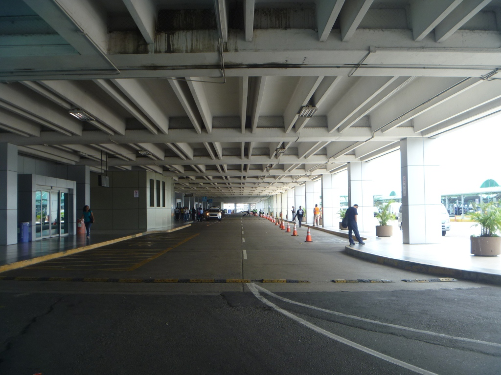 Вход в терминал 1 аэропорта Панама Токумен