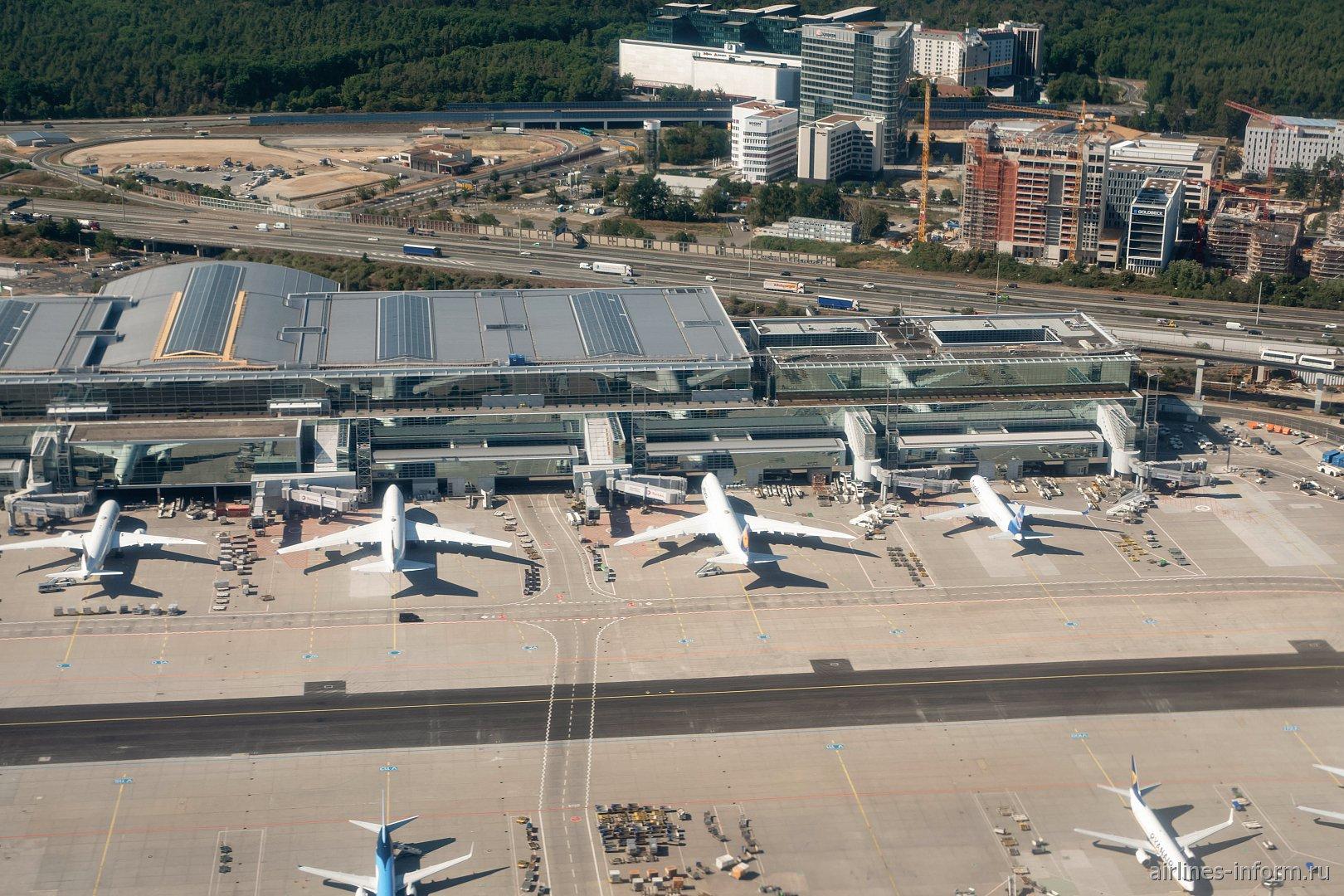 Взлет над терминалом 2 аэропорта Франкфурт