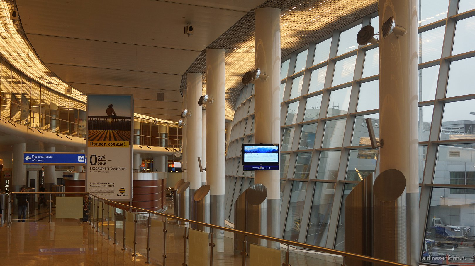 Галерея в чистой зоне в терминале D аэропорта Шереметьево