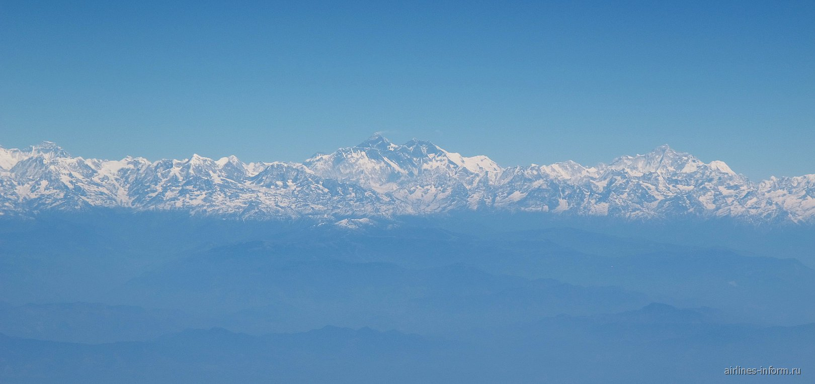 Гималайские горы и вершина Эверест в центре