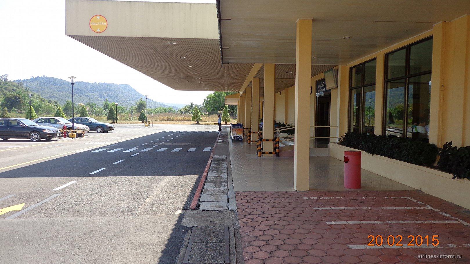 Вход в аэровокзал аэропорта Сиануквиль
