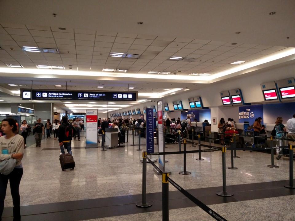 Зона регистрации в аэропорту Буэнос-Айрес Хорхе Ньюбери