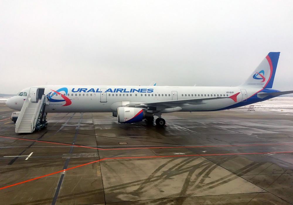 Самолет Airbus A321 Уральских авиалиний в аэропорту Домодедово