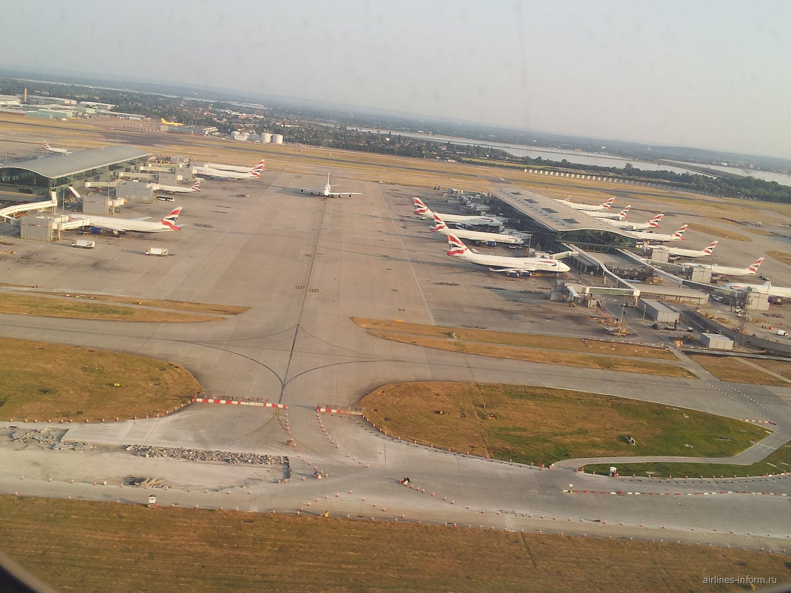 Вид на аэропорт Лондон Хитроу при взлете