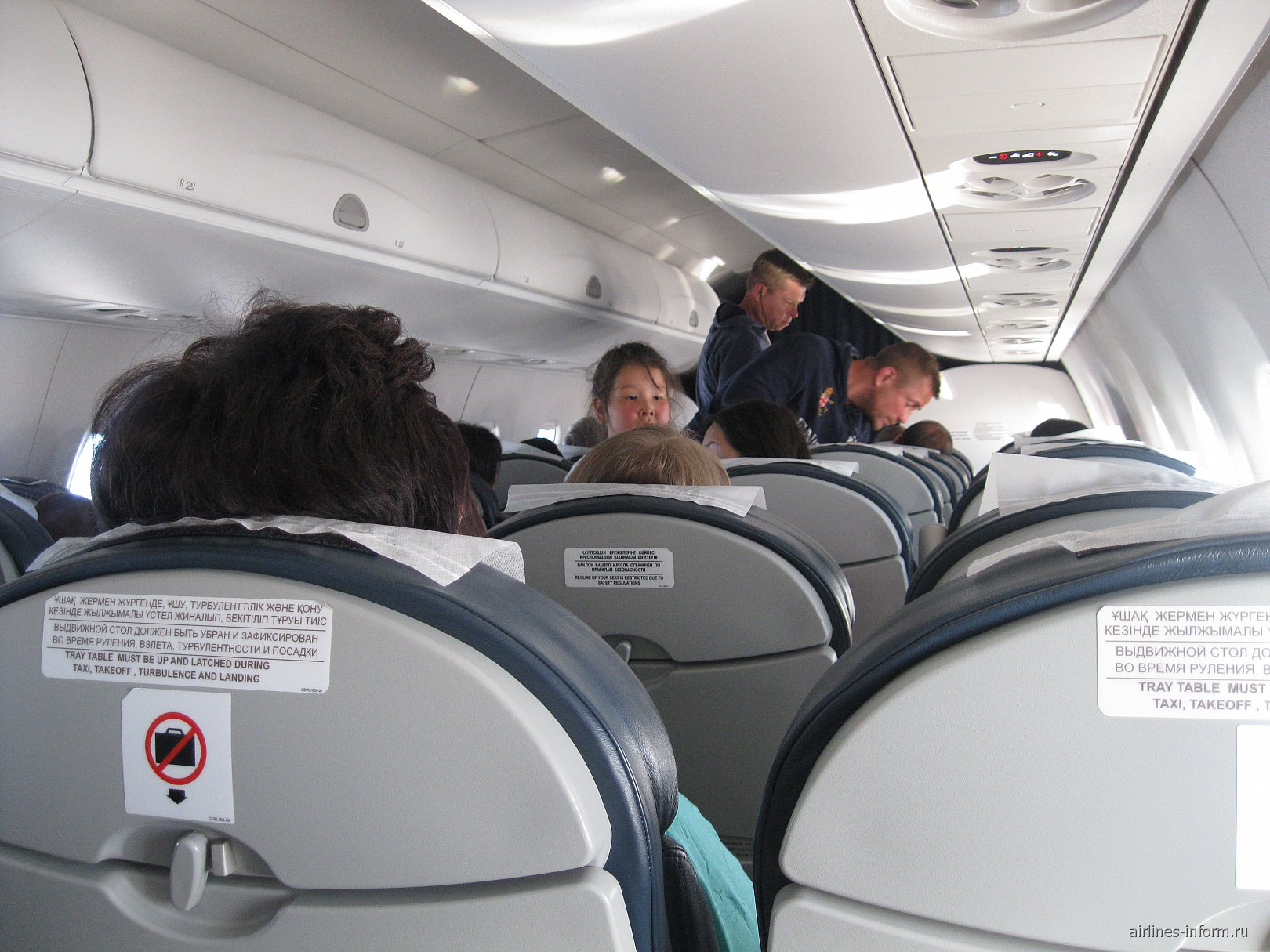Салон самолета Эмбраер-1900 авиакомпании Эйр Астана