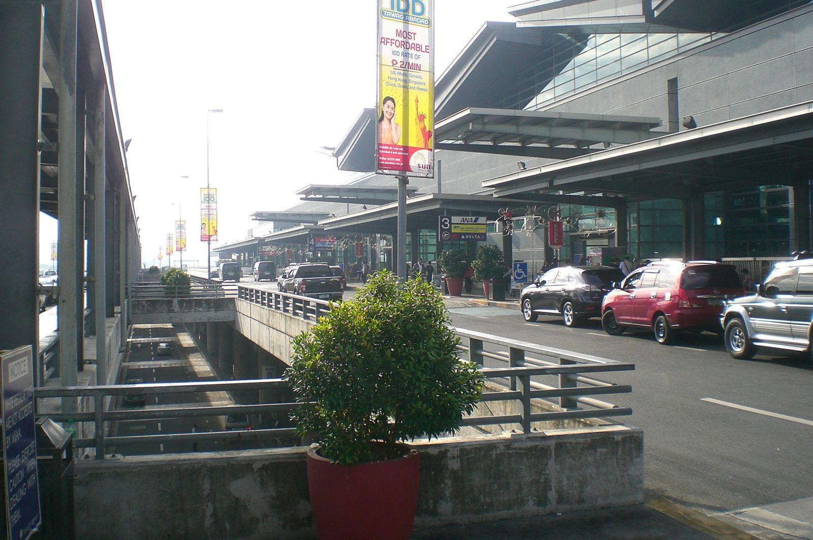 Вход в зону вылета в терминале 3 аэропорта Манила Никой Акино