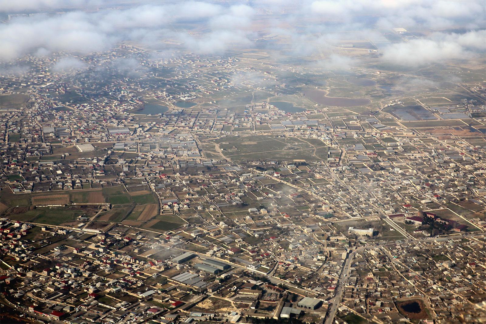 Пригороды Баку после взлета из аэропорта имени Гейдара Алиева