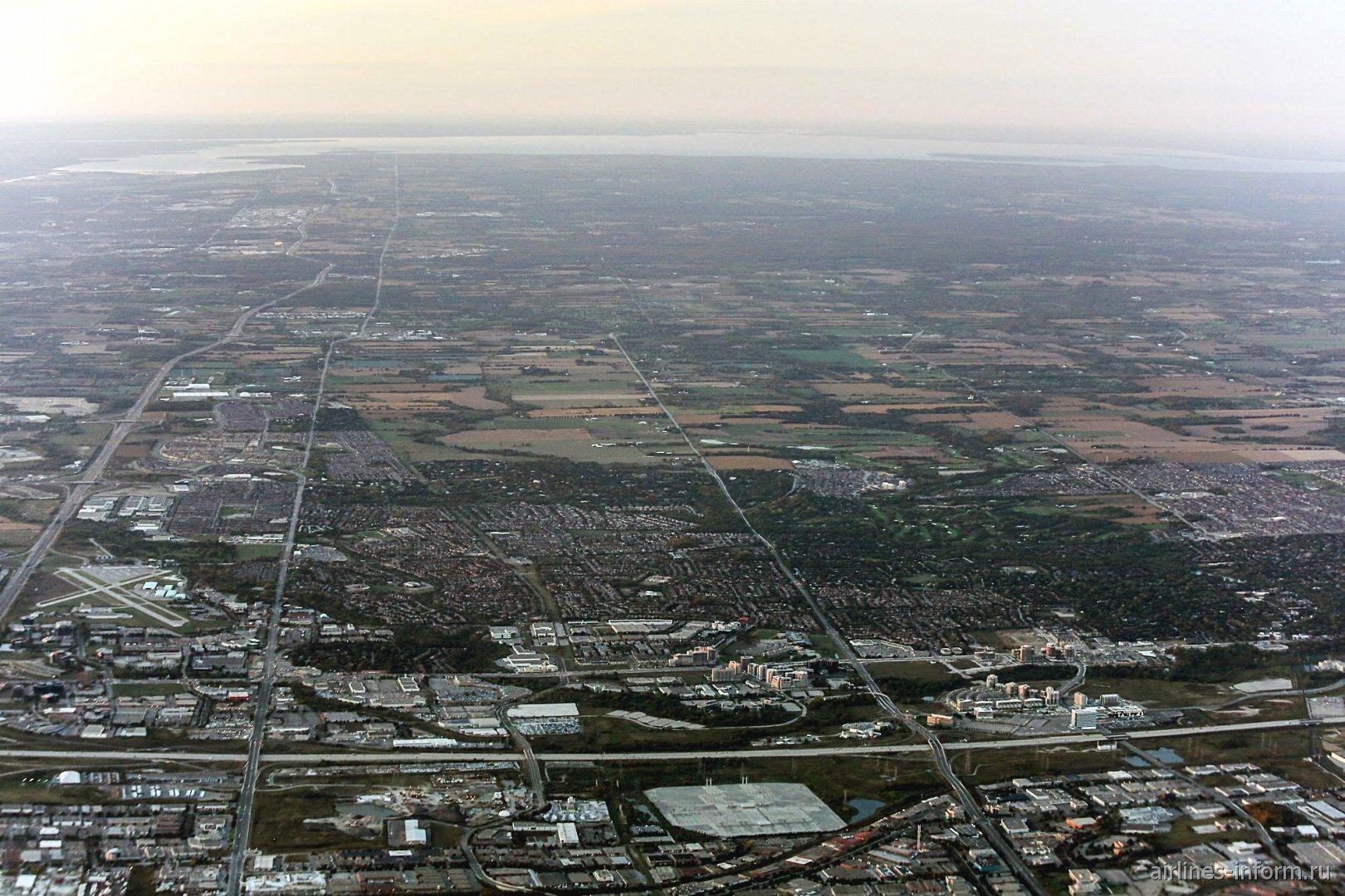 Вид на окраины Торонто после взлета из аэропорта имени Пирсона