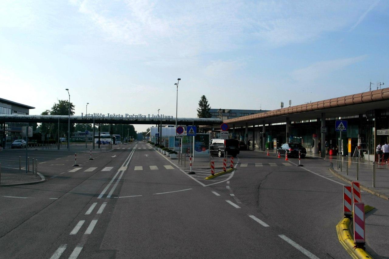 Вид на аэропорт Любляна Йозеф Пучик со стороны привокзальной площади