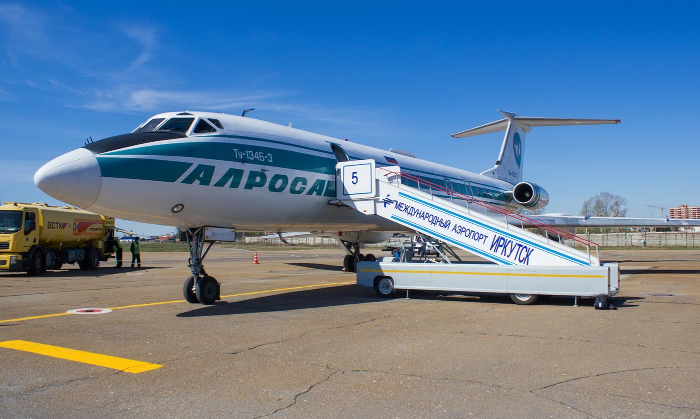 """Самолет Ту-134 авиакомпании """"Алроса"""" в аэропорту Иркутск"""