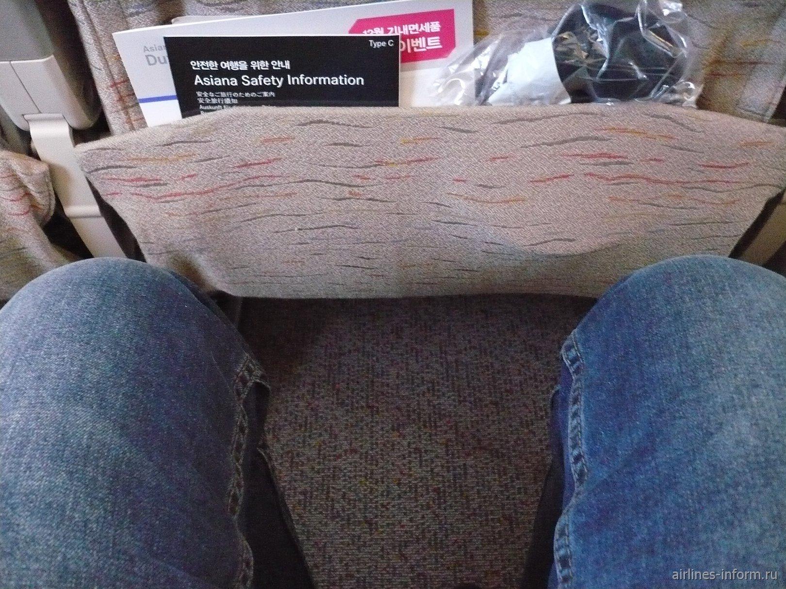 Достаточно комфортно в кресле, места для ног приличное, с мои ростом 189 см.