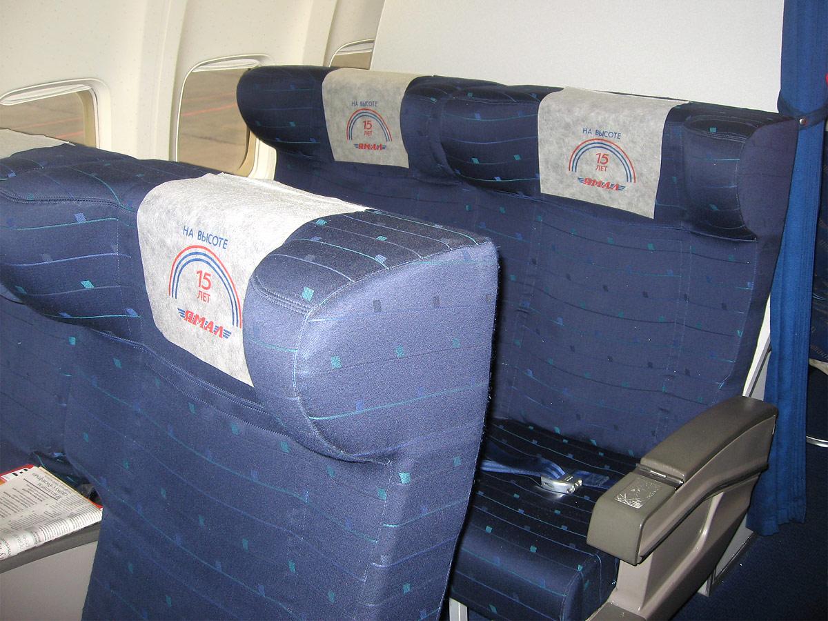 Салон бизнес-класса самолета Боинг-737-400 авиакомпании Ямал