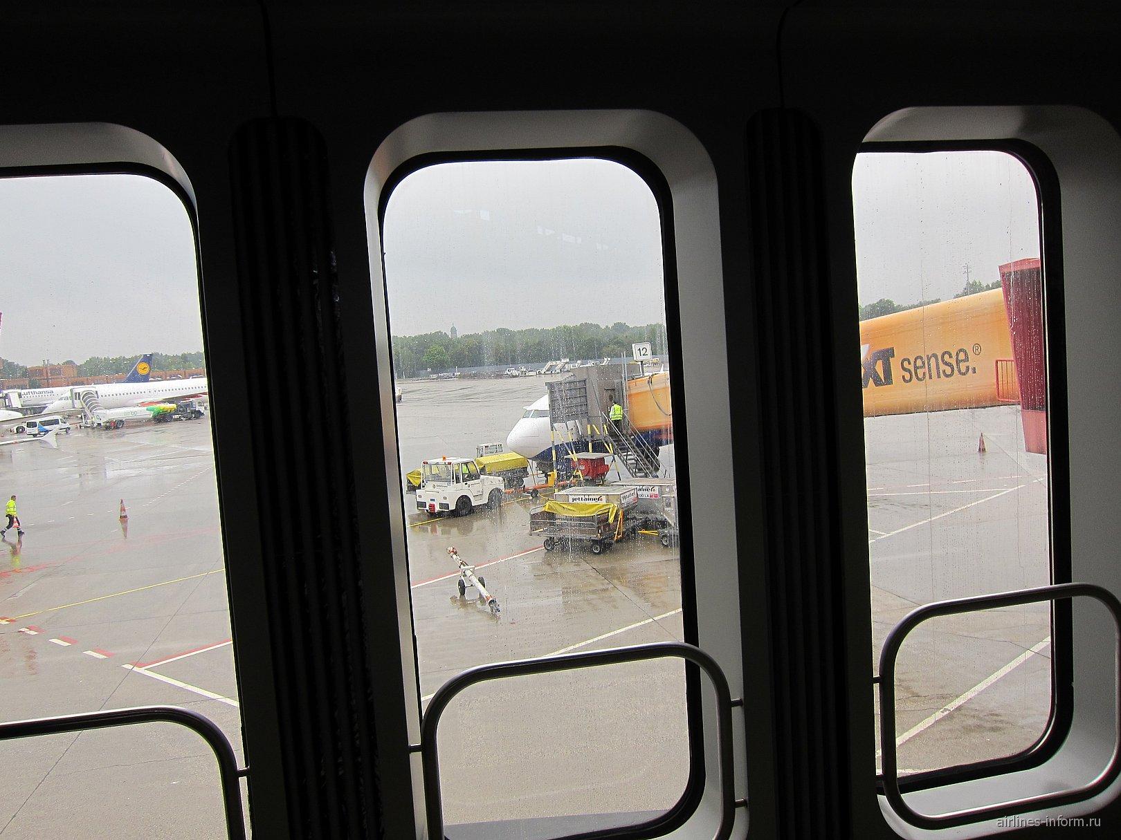 Самолет Трансаэро в аэропорту Берлин Тегель
