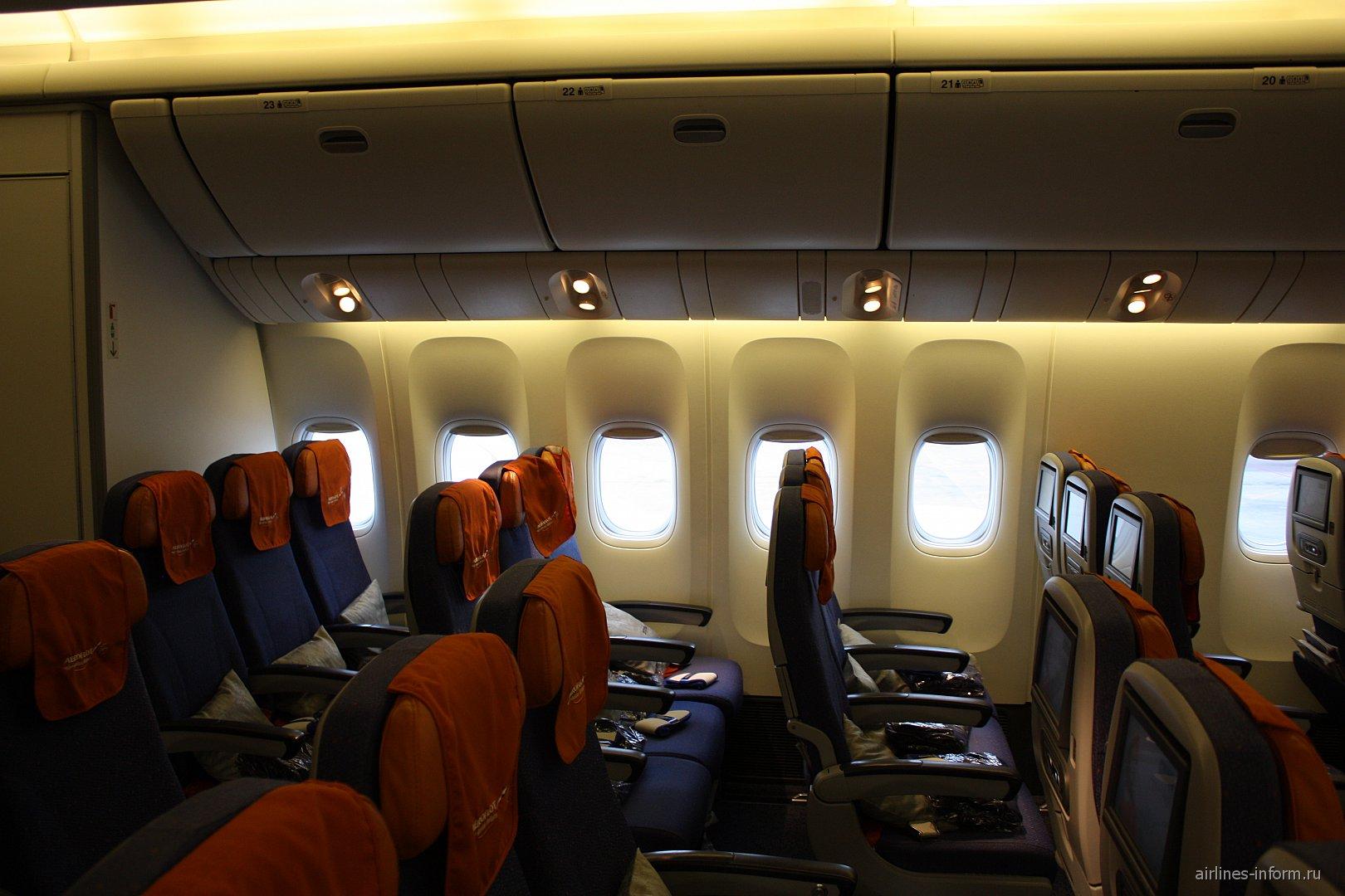 Салон экономического класса в самолете Боинг-777-300 Аэрофлота