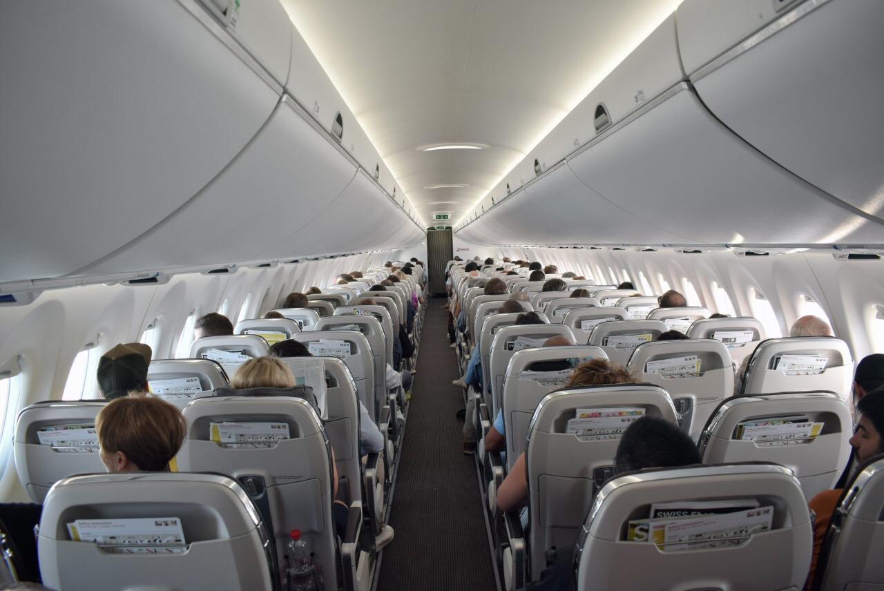 Пассажирский салон самолета Airbus A220-100 авиакомпании SWISS