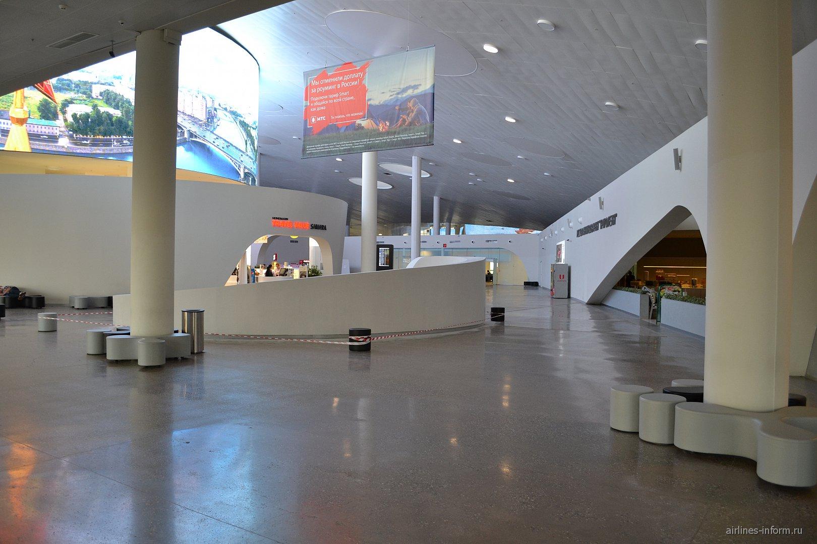 Зона магазинов и кафе в чистой зоне аэропорта Самара Курумоч