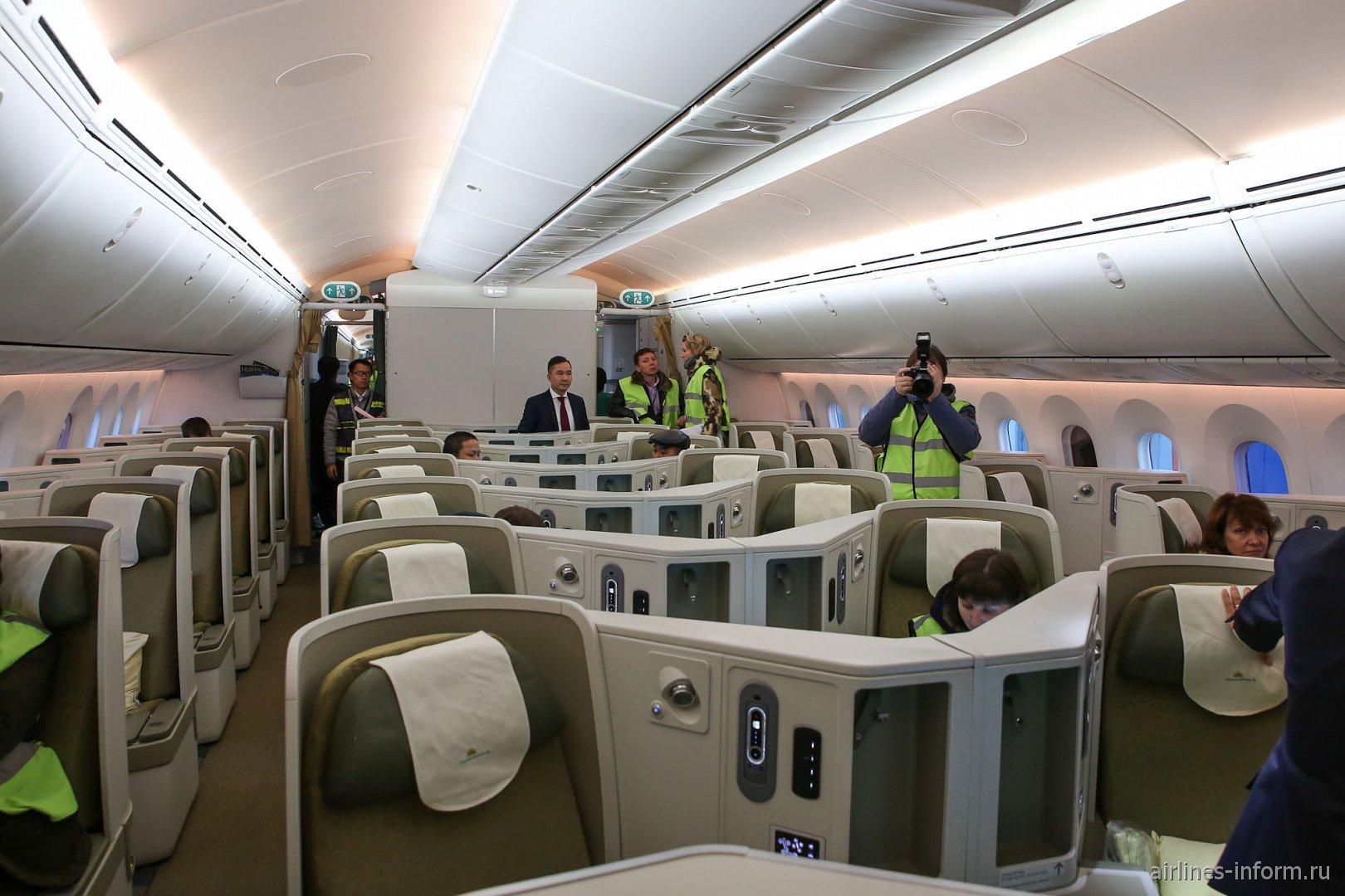 Пассажирский салон бизнес-класса в Боинге-787-9 Вьетнамских авиалиний