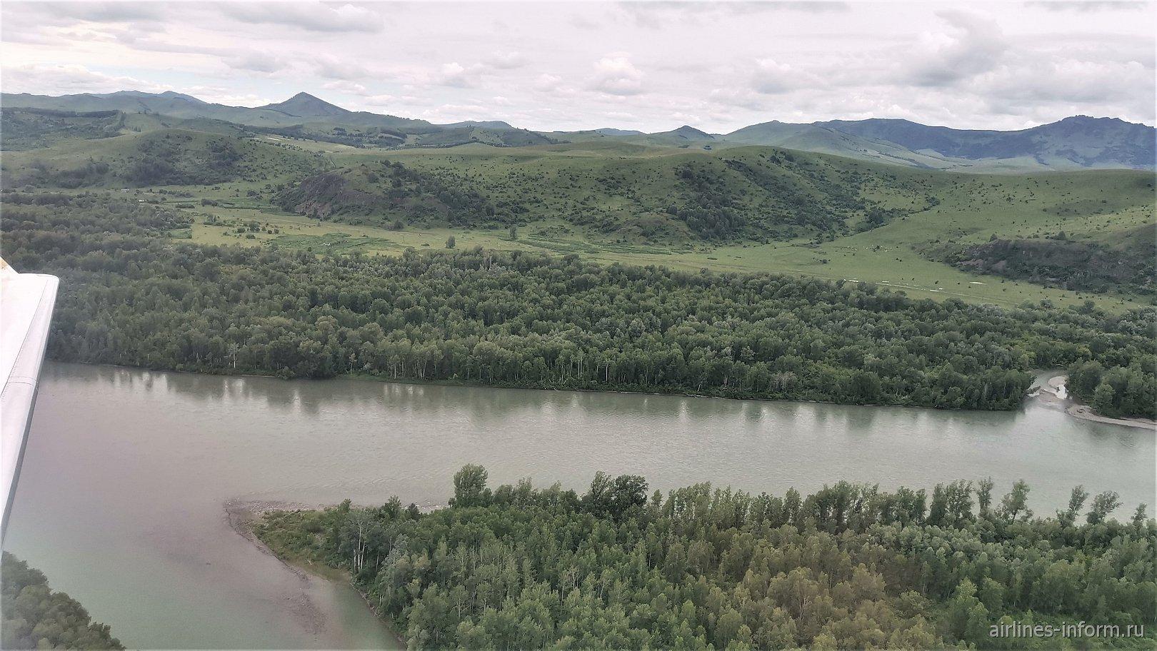 Вид на Алтайские горы при взлете из аэропорта Горно-Алтайск