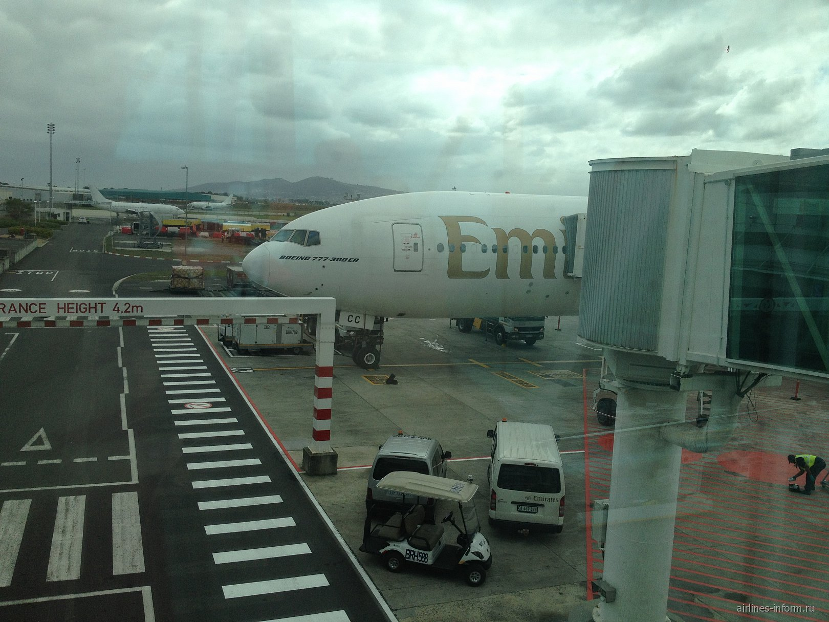 Боинг-777-300 Эмирейтс в аэропорту Кейптауна