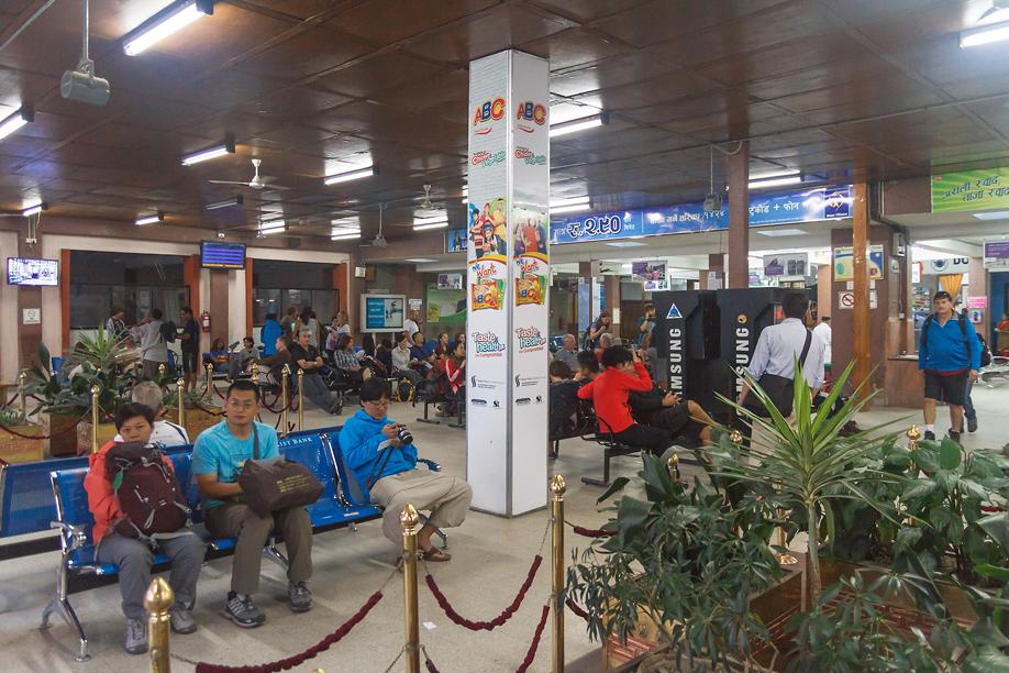 Зал ожидания в терминале местных авиалиний аэропорта Катманду