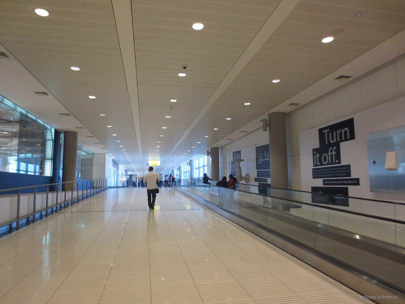 Переход в аэропорту Абу-Даби