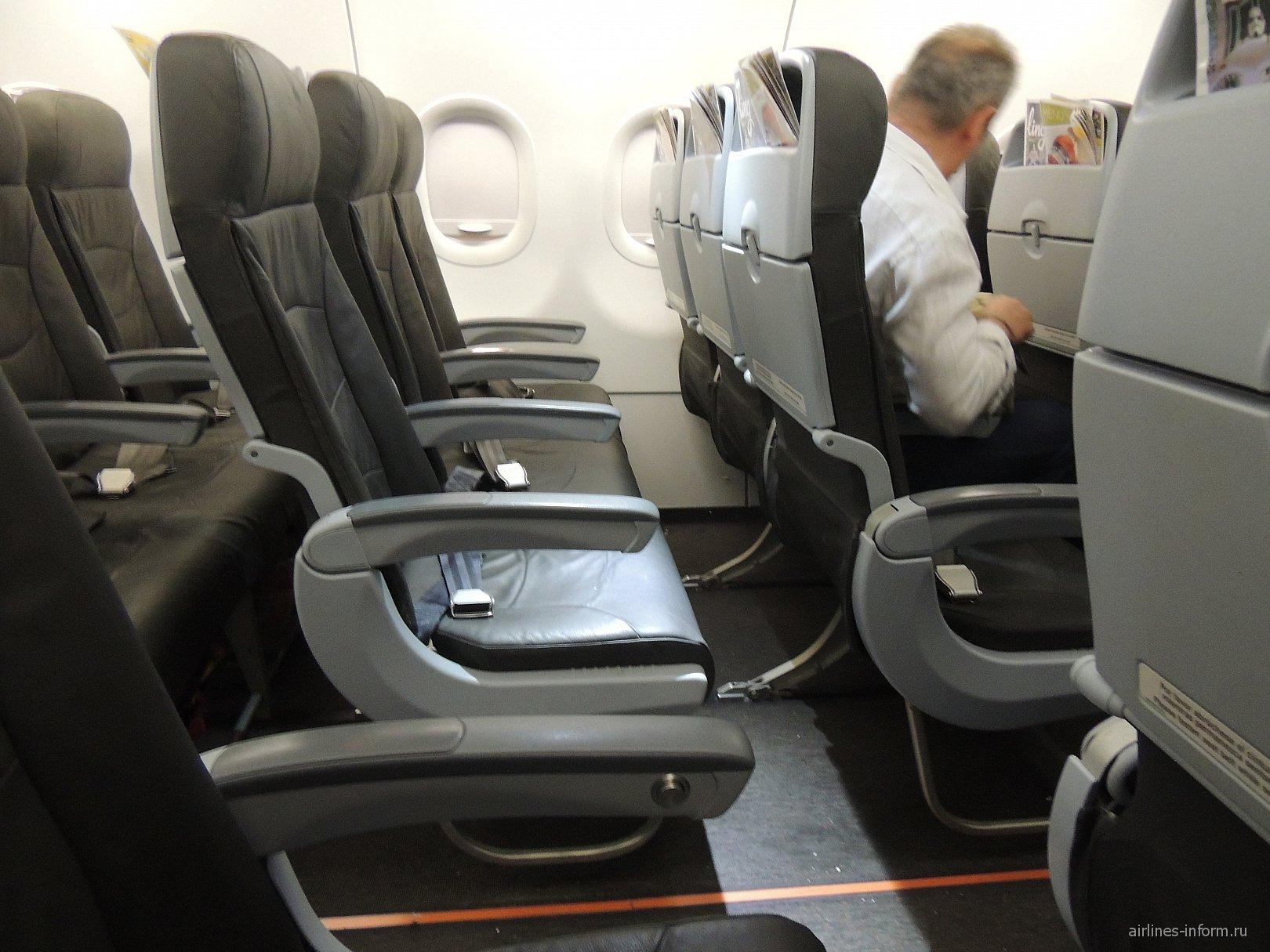Пассажирские кресла в самолете Airbus A320 авиакомпании Vueling