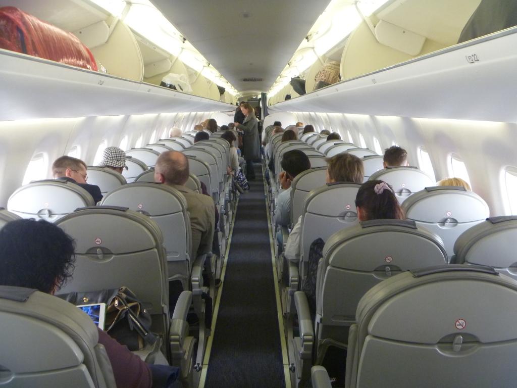 Салон самолета Embraer 195 авиакомпании Белавиа