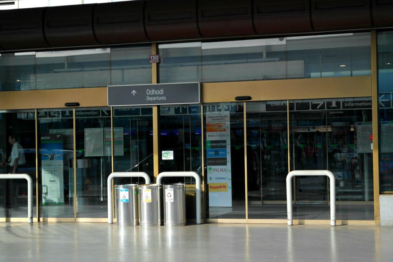 Вход в аэровокзал аэропорта Любляна